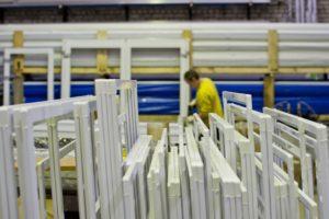 Fenster aus Polen werden zunehmend in modernen Fabrikhallen hergestellt.